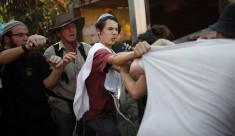 Colonos judíos atacan a activistas israelíes y palestinos con gas pimienta frente a la casa de donde fue expulsada la familia Shamasneh el 5/9/17, después de vivir en ella por más de 50 años. (Thomas Coex/AFP)