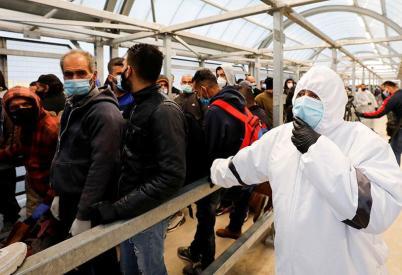 Palestinos entran a trabajar en Israel a través del checkpoint Mitar en la zona de Hebrón (Mussa Qawasma).