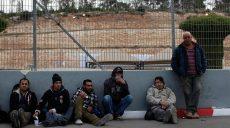 Trabajadores palestinos esperan del lado israelí del checkpoint de Tarkumiyah (Hebrón).