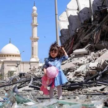 Una niña con su regalo de Eid.