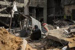 Una mujer ante las ruinas de su casa en cuidad de Gaza.
