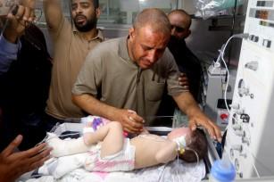 Omar Al-Hadidi, de 5 meses, y su padre, fueron los únicos sobrevivientes de su familia: 10 integrantes perecieron bajo las bombas.