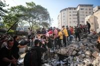 Rescate de sobrevivientes tras un bombardeo.