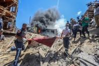 Rescate de personas heridas tras el bombardeo del campo de refugiados Al-Shati.
