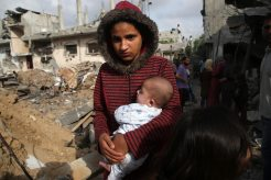 Gazatíes regresan a sus hogares destruidos en Beit Hanun luego del alto el fuego (Ashraf Amra).