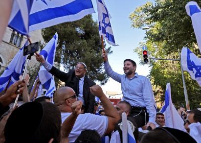"""Los legisladores israelíes de ultraderecha Bezalel Smotrich e Itamar Ben-Gvir participan en la provocadora """"marcha de las banderas"""" en la Ciudad Vieja de Jerusalén. 15/6/21. (AFP)."""