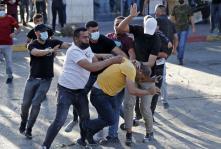 Policía de seguridad palestina encubierta arresta a un manifestante en Ramala. 26/6/21 (AFP).