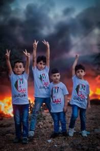Niños de Beita en las protestas nocturnas para defender sus tierras.