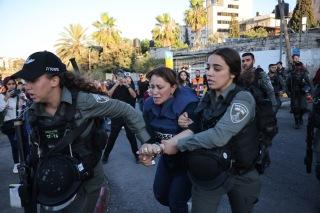 La periodista Givara Budeiri cuando es arrestada en Sheikh Jarrah. 6/6/21 (Oren Ziv).