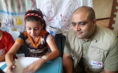 Mohahmmed Halabi con niñas y niños de los programas de World Vision.
